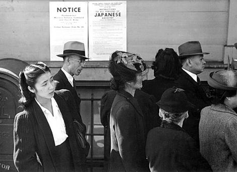 אזרחים אמריקנים ממוצא יפני מובלים למחנות מעצר
